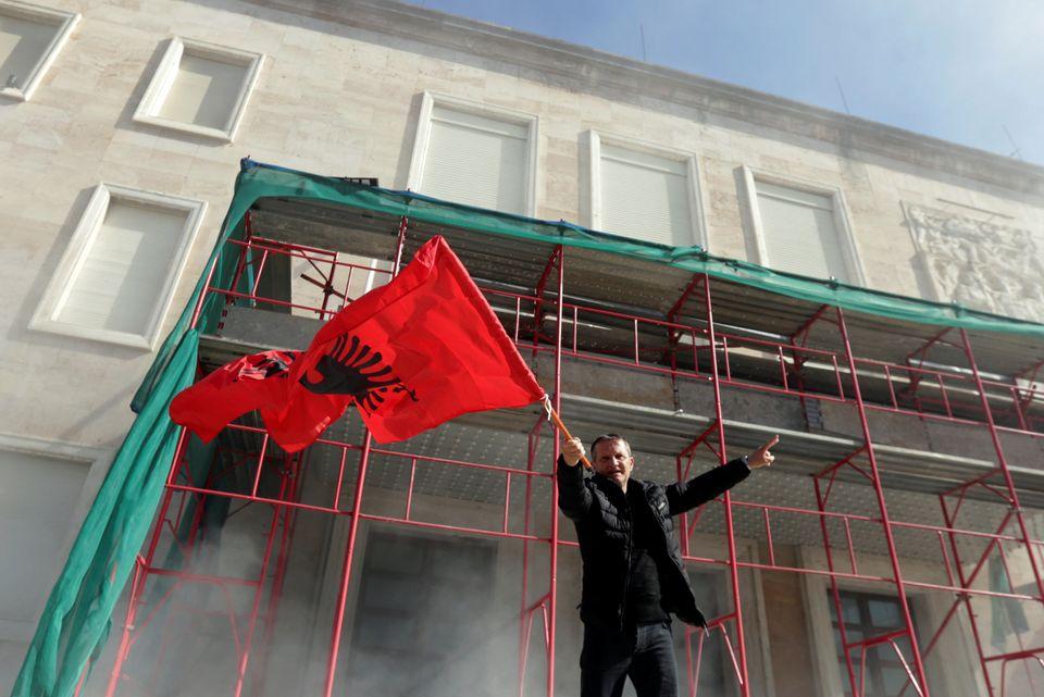 Στο χάος η Αλβανία - Σοβαρά επεισόδια έξω από το πρωθυπουργικό