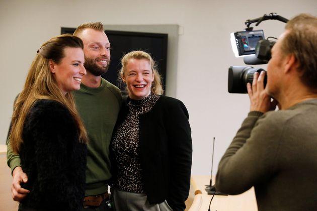 裁判所がDNA型鑑定を実施することを決めた後、記者団に喜びを語る不妊治療の元患者やその子ども(奥)=2019年2月13日、オランダ・ロッテルダム