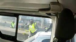 France: À Lyon, deux policiers filment l'attaque violente de leur fourgon par des