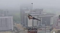 La performance incroyable de cette danseuse de pole dance donne le