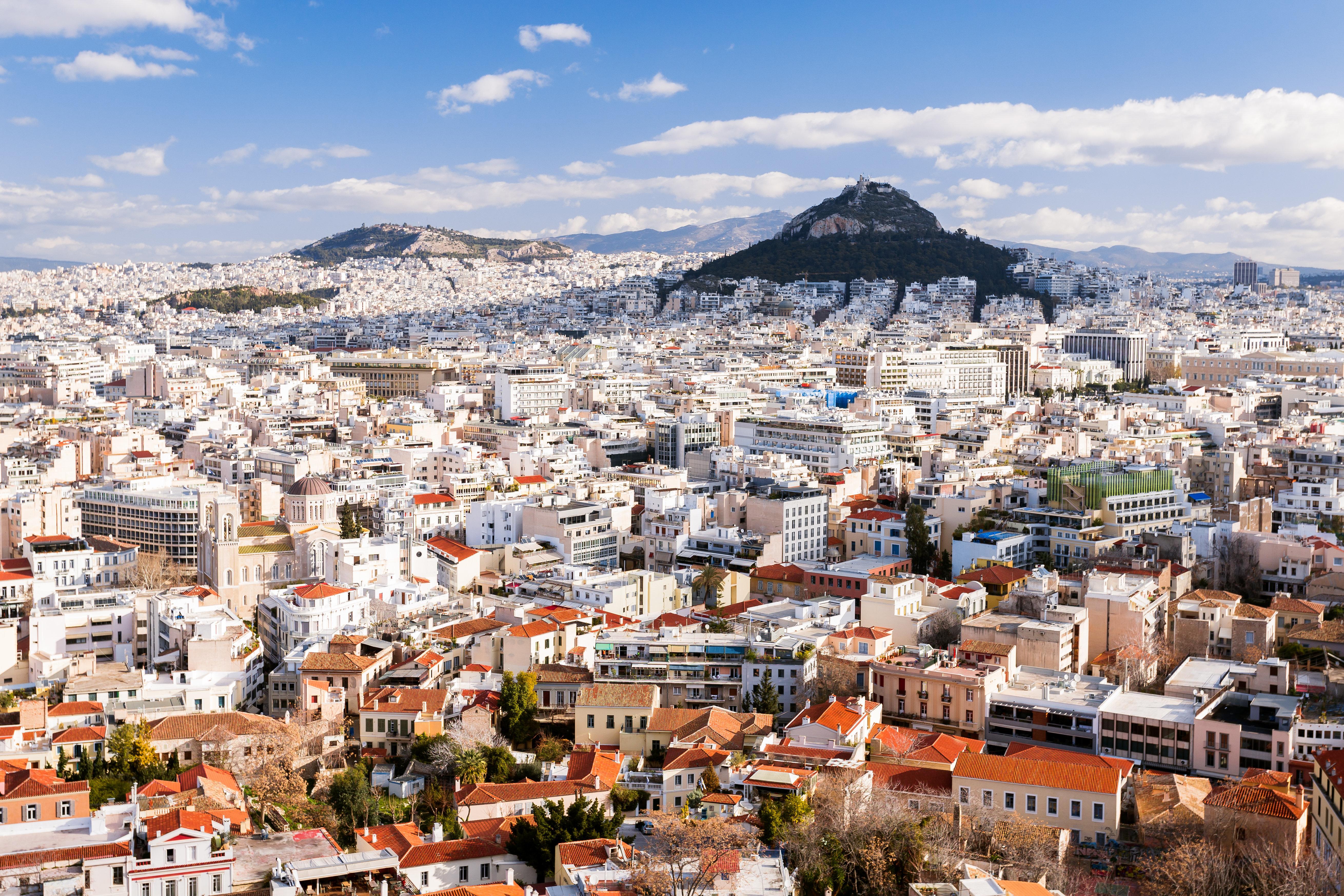 Telegraph: «Μαζικές εξώσεις» ενοικιαστών στην Αθήνα λόγω «χρυσής» βίζας σε επενδυτές Airbnb από Ρωσία και