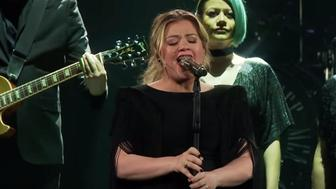 "Kelly Clarkson covers ""Shallow"""