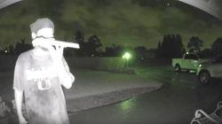HΠΑ: Εντοπίστηκε και δεύτερος άνδρας να γλείφει