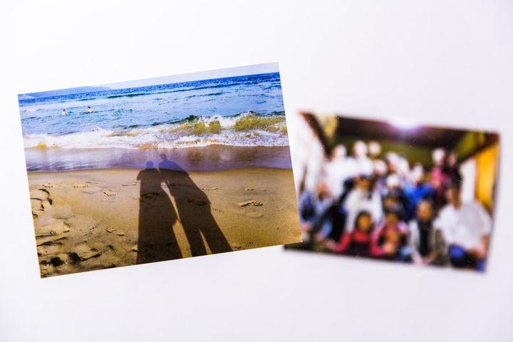 旅行先のビーチで撮った、ふたりの影(左)。親族が集まって撮った写真には笑顔があふれる(右)。