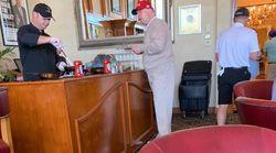 """Cette photo de Donald Trump au """"bar à omelette"""" de son golf privé ne tombe pas au meilleur"""