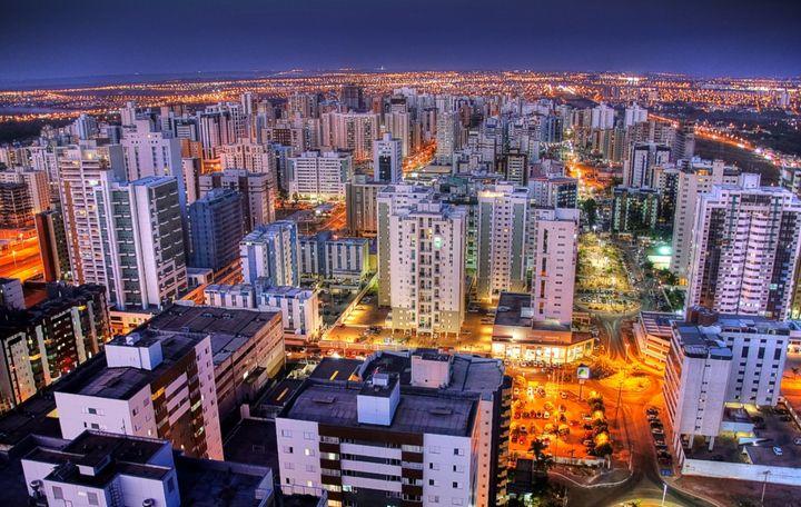 Com imensos prédios, Águas Claras se destaca na imensidão árida do cerrado.