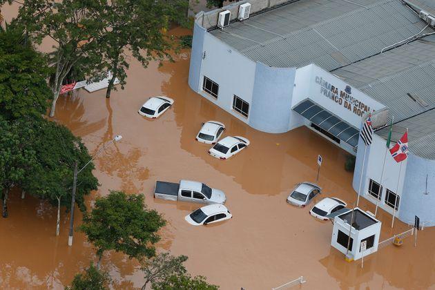 Carros que passaram por enchentes devem ser evitados. Para isso, recomenda-se focar no odor, bancos e...