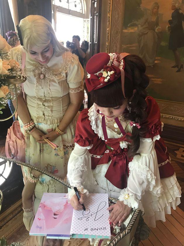 ブラジル・サンパウロでファンにサインをする青木美沙子さん