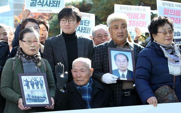 일제 강제징용 피해자 중 유일 생존자인 이춘식(95) 할아버지가 2018년 10월 30일 오후 서울 서초구 대법원 앞에서 전원합의체 선고 참석을 위해 법정으로 향하고