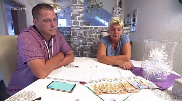 Michaela und Stefan mit den 595 Euro, die sie im Monat zum Leben