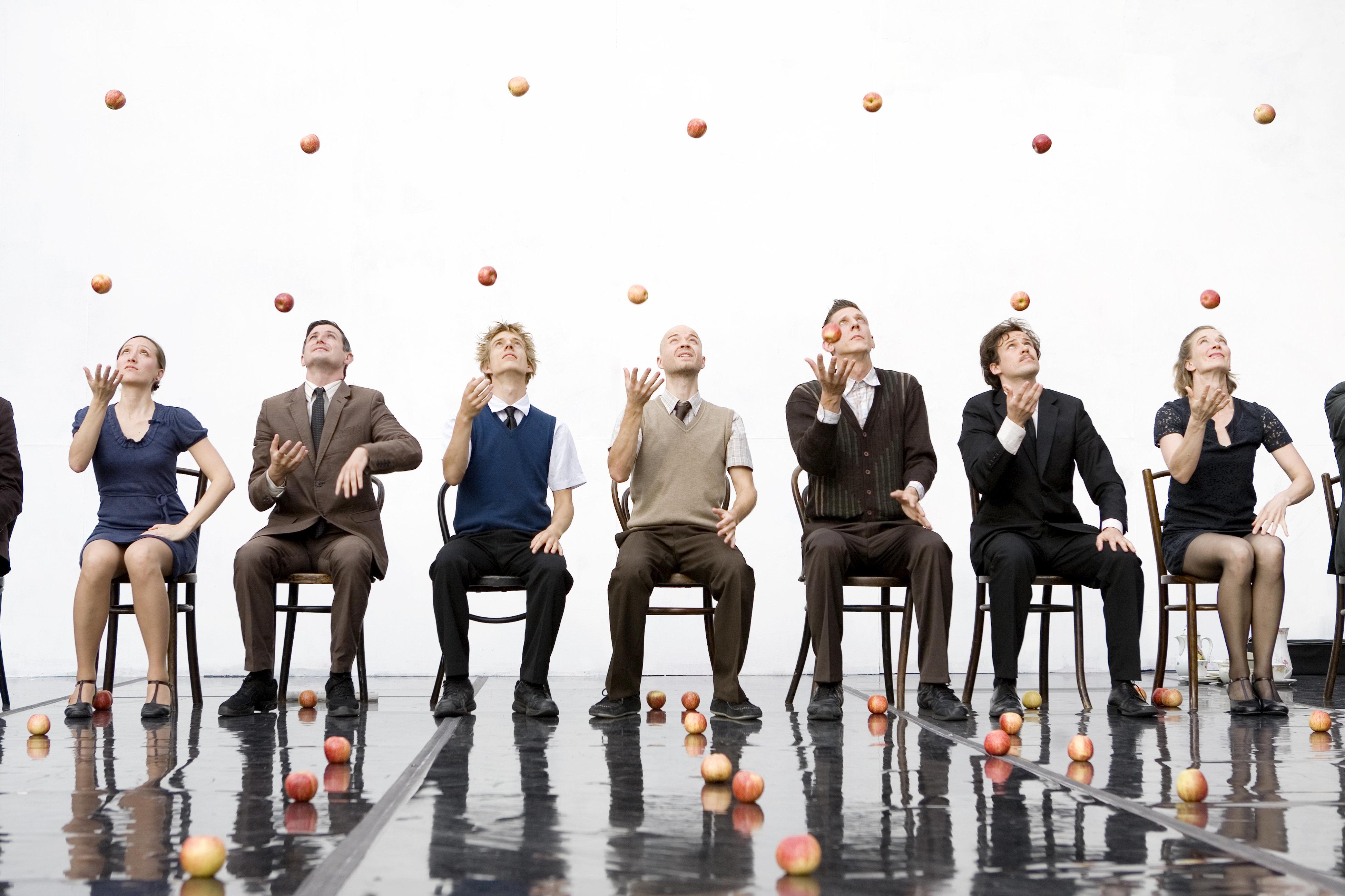 «Smashed»: 80 μήλα, 9 performers, 4 σερβίτσια και μια πρόσκληση για τσάι στο