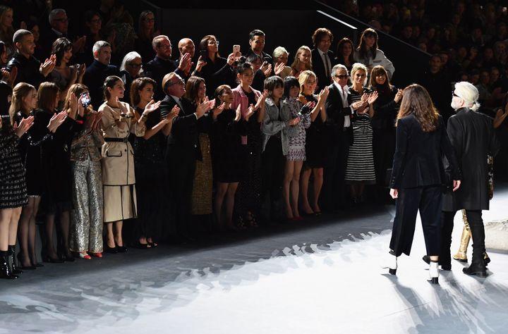 4 Δεκεμβρίου 2018, σόου της Chanel στο Μουσείο Μετρπόλιταν της Νέας Υόρκης. Το κοινό χειροκροτεί όρθιο τον Λάγκερφελντ. Στην πρώτη σειρά, Σοφία Κόπολα, Μαριόν Κοτιγιάρ, Πενέλοπε Κρουζ.