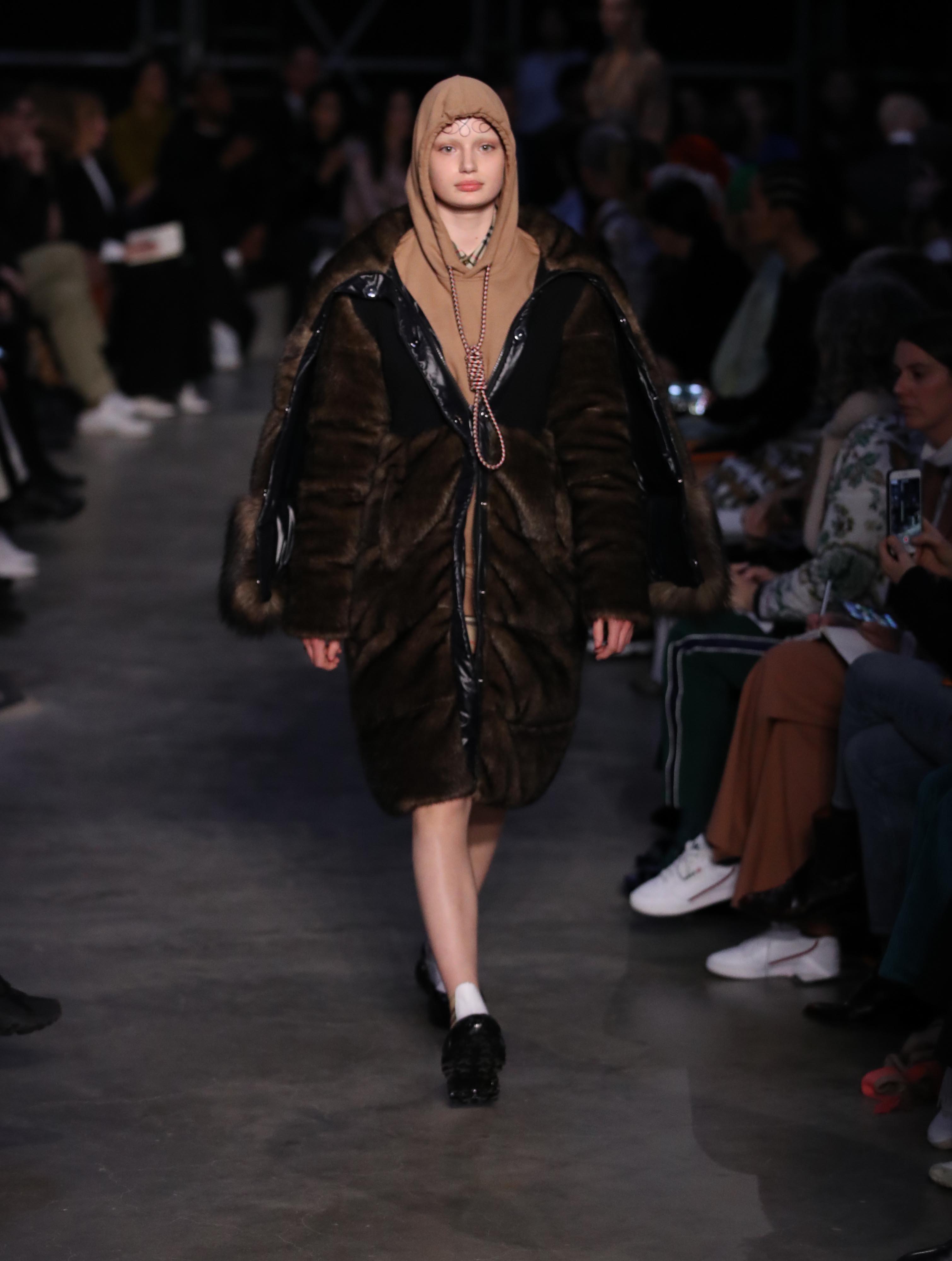 버버리가 패션 쇼에서 선보인 '올가미' 디자인에 대해