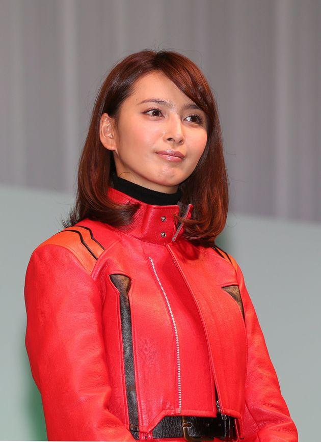 セブンーイレブンとエヴァンゲリオンがコラボした自動車の発表会に登場した女優の加藤夏希=2014年11月11日午前、東京都港区