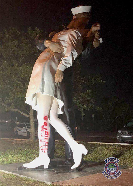 '수병과 간호사의 키스' 동상에 빨간색 페인트로 '#Metoo'가