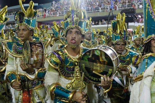 Bateria da Imperatriz Leopoldinense desfila na Sapucaí, no Rio de