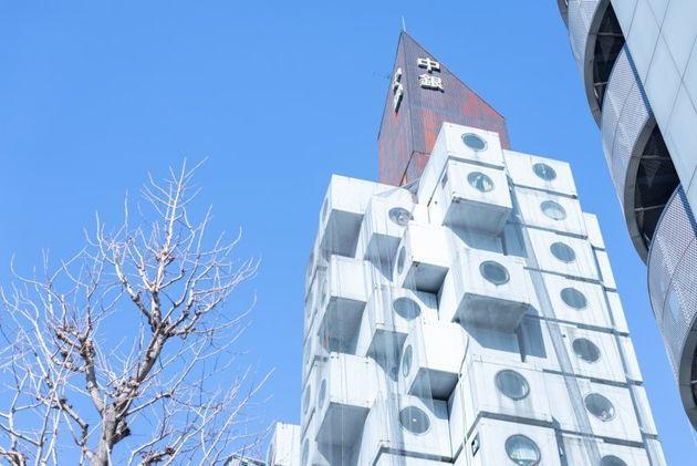 黒川紀章が設計したカプセル型の集合住宅。それぞれの部屋(カプセル)が独立していて、技術的には交換可能な設計になっている。1972年竣工。(BAMP掲載写真より)