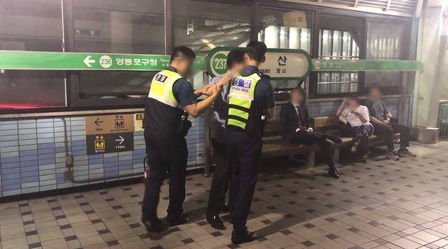 한 남성이 지하철에서 난동을 피우던 취객을 진정시킨 방법이 모두에게 감동을 주고