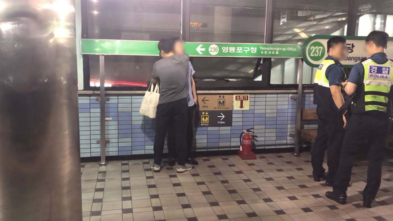 한 남성이 지하철에서 난동을 피우던 취객을 진정시킨 방법이 모두에게 감동을 주고 있다
