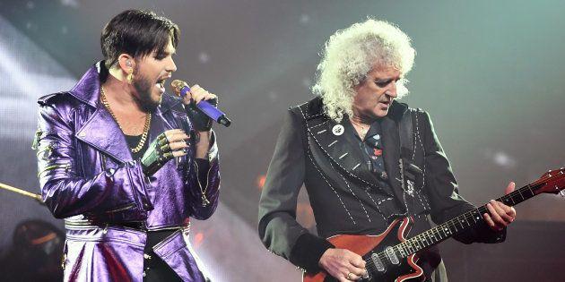 Adam Lambert et le guitariste Bryan May lors d'un concert de la tournée