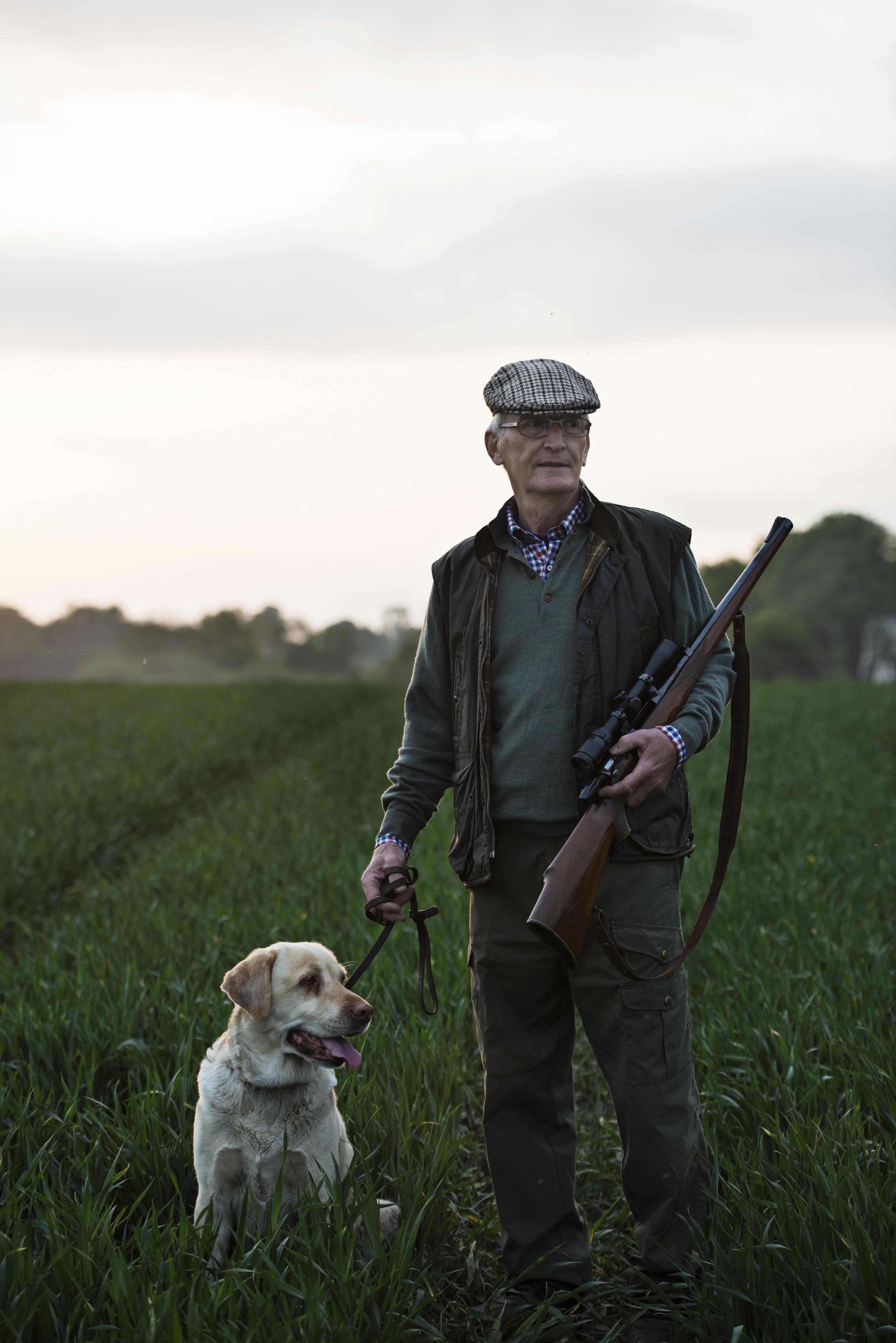 Τον πυροβόλησε ο σκύλος του με την καραμπίνα αλλά δεν βλέπει το λόγο να του πάρουν την άδεια