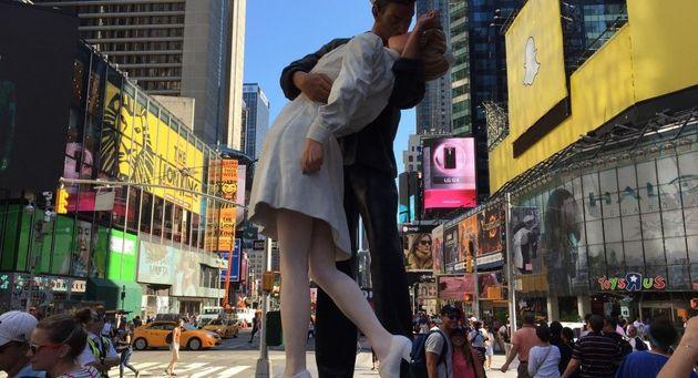 Βανδάλισαν το άγαλμα με το διάσημο φιλί στην Times Square μια μέρα μετά τον θάνατο του