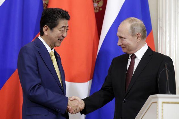 会談後の記者発表で握手を交わす安倍晋三首相(左)とプーチン大統領=1月22日、モスクワ
