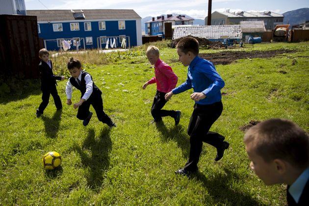 サッカーを楽しむ国後島の子どもたち=2015年9月
