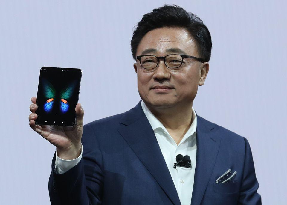 삼성은 '갤럭시 폴드'로 스마트폰의 미래를 바꾸겠다고 말한다