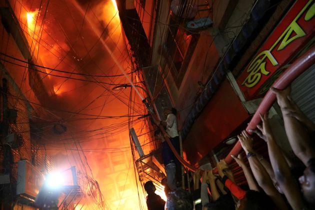 Toυλάχιστον 70 νεκροί από πυρκαγιά σε πολυκατοικία στο