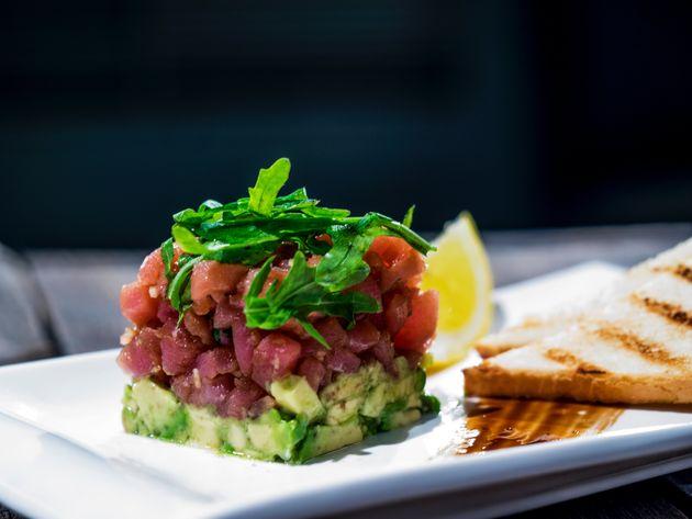 Tartar de atum com avocado: A combinação de proteínas e gorduras que seu corpo
