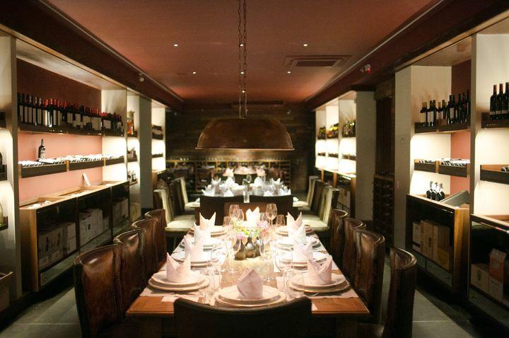 Interior do restaurante Grand Cru, onde também funciona uma loja de vinho.