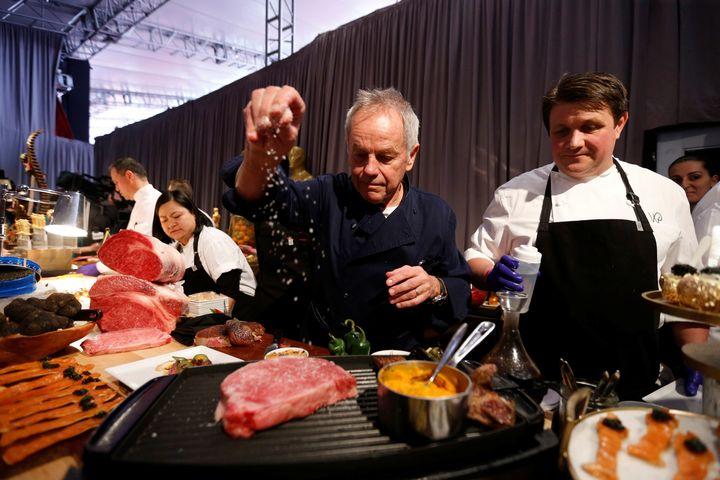 Ο διάσημος σεφ Wolfgang Puck στην κουζίνα του, καθώς προετοιμάζει το μενού για την 91η ετήσια πανηγυρική γιορτή Governors Ball στο Hollywood.