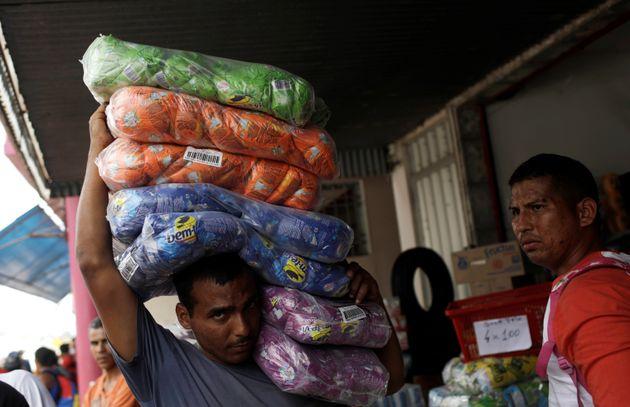 Venezuela compra mantimentos na cidade de Pacaraima, em Roraima, antes do fechamento da fronteira por...