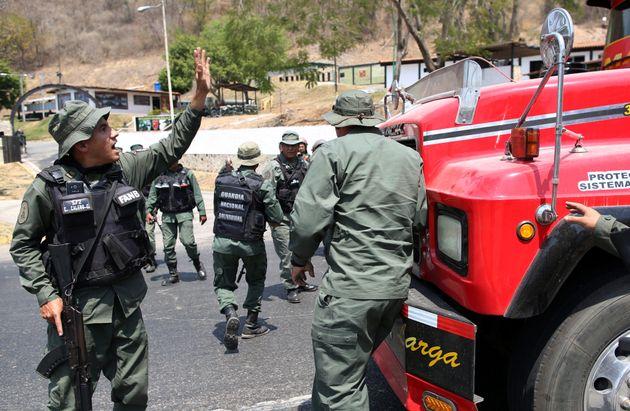 Militares venezuelanos bloqueiam estrada antes da chegada de ajuda humanitária pela