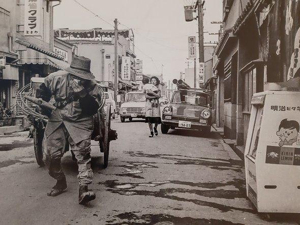 이카이노 거리에서 오물 수거 리어카를 끌고가는 청소부의 모습. 60~70년대엔 히라노가와에 떠다니는 오물을 오사카 시당국이 제대로 수거하지 않아 동포들이 직접 청소부에 의뢰해 오물을 치우는 작업을 맡겨야했다고 전해진다.