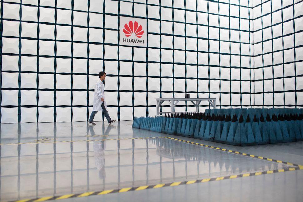 중국 선전(Shenzhen,深圳)에 위치한 화웨이 본사의 테스트 센터에서 한 엔지니어가 무반향실(anechoic chamber,無反響室)을 걸어가고 있다. 2014년