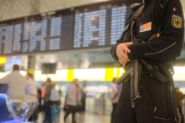 Un policier allemand à l'aéroport d'Hanovre, décembre