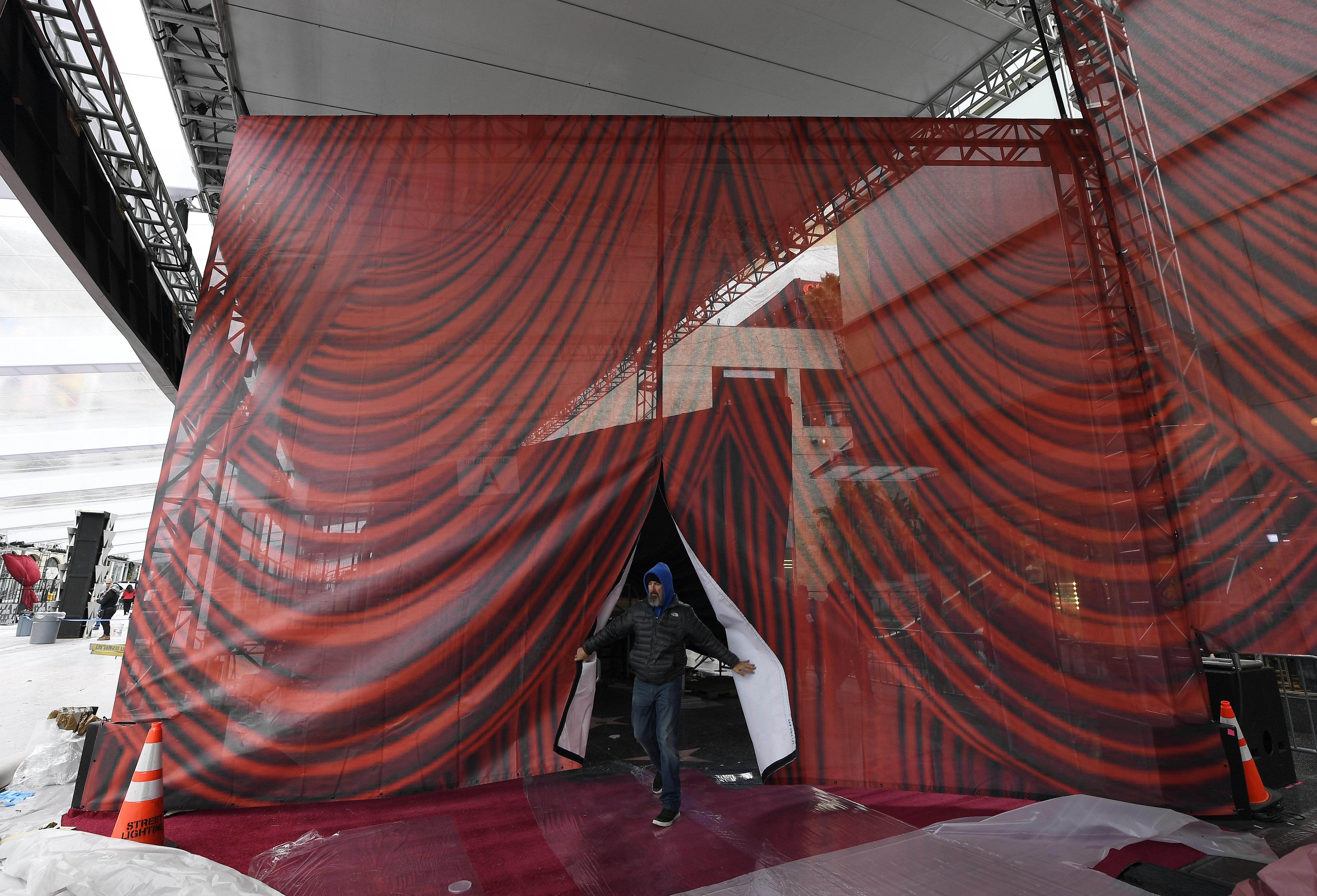 Οσκαρ: Έτοιμο και το κόκκινο χαλί στη Χόλιγουντ Μπούλεβαρντ