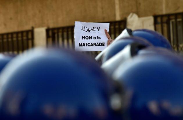 REPORTAGE - A Alger-Centre, les manifestants brisent le blocus des forces de
