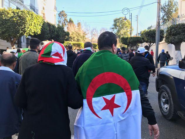 Un homme et une femme vêtus du drapeau algérien lors des manifestations contre un 5e mandat...