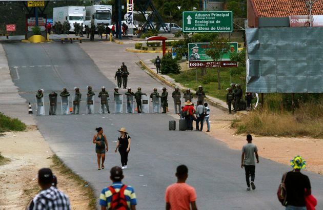 Militares venezuelanos guardam fronteira do país vizinho do