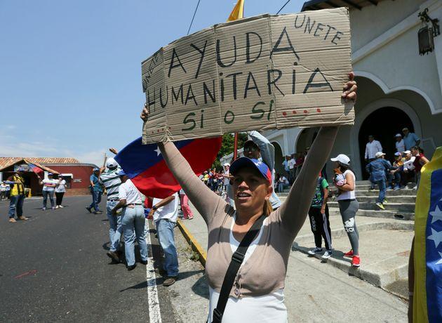 Venezuelana protesta pedindo que Maduro deixe entrar a ajuda humanitária no