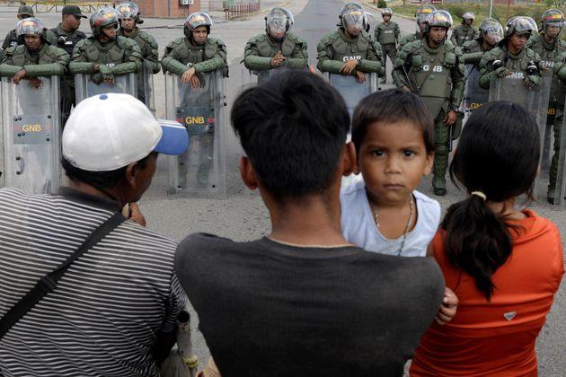 Militares venezuelanos bloqueiam estrada para impedir que venezuelanos busquem ajuda humanitária...