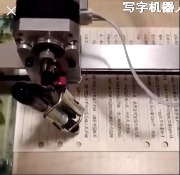 書き取りの宿題が面倒すぎた中国の小学生、ロボットに丸投げするも失敗【動画】