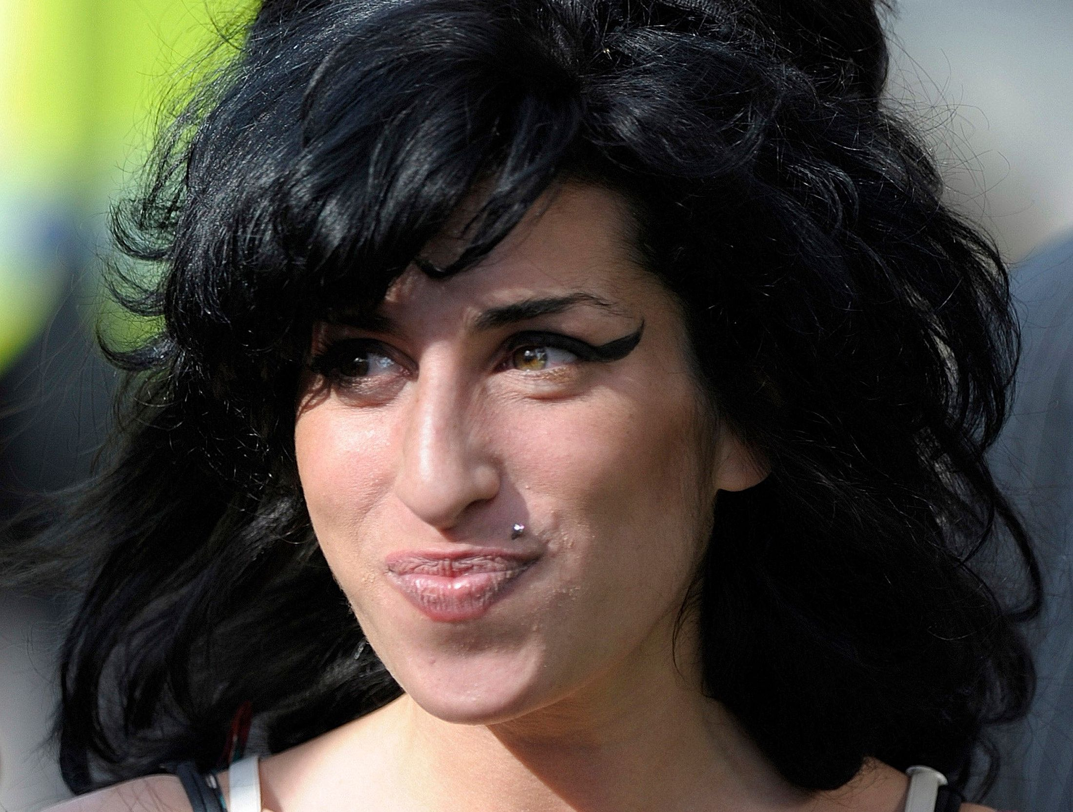 British singer Amy Winehouse arrives at the City of Westminster Magistrates Court in central London March 17, 2009.     REUTERS/Kieran Doherty       (BRITAIN ENTERTAINMENT SOCIETY)