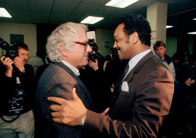 벌링턴 시장이었던 버니 샌더스(왼쪽)가 대선에 출마한 시민운동가 제시 잭슨을 만나 인사를 나누는 모습. 1988년