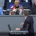 Als Claudia Roth bei AfD-Rede im Bundestag lacht, kommt es zu einem