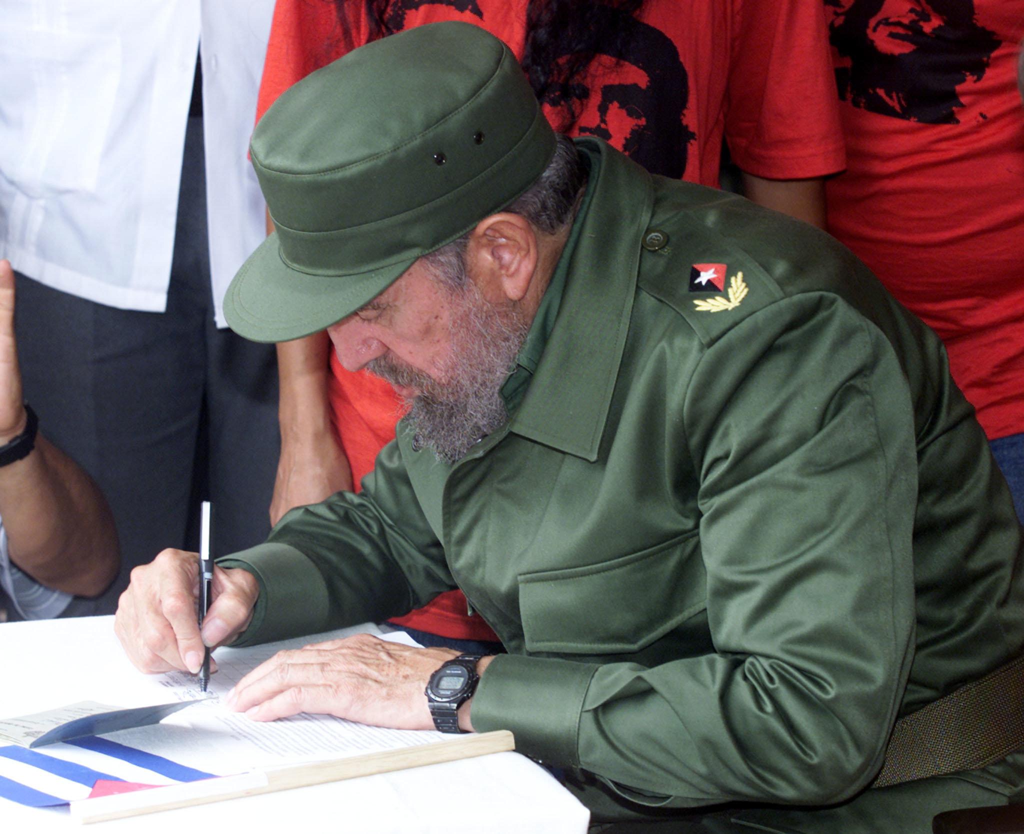 Ο Φιντέλο Κάστρο υπογράφει...