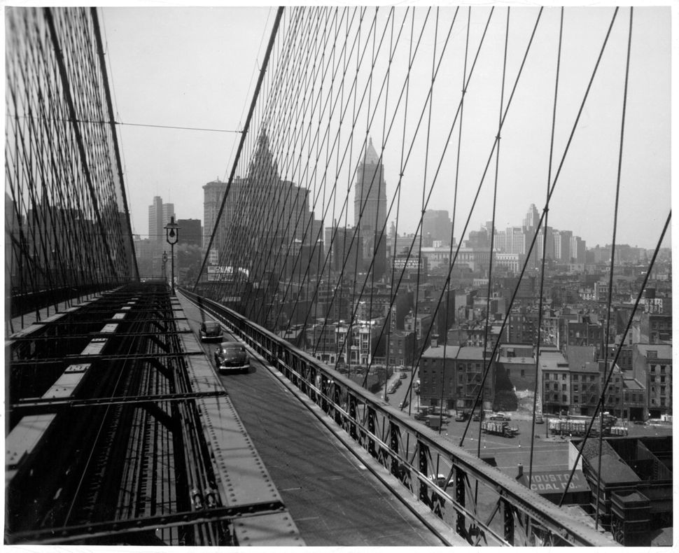 Travelers crossing the Brooklyn Bridge in 1940.